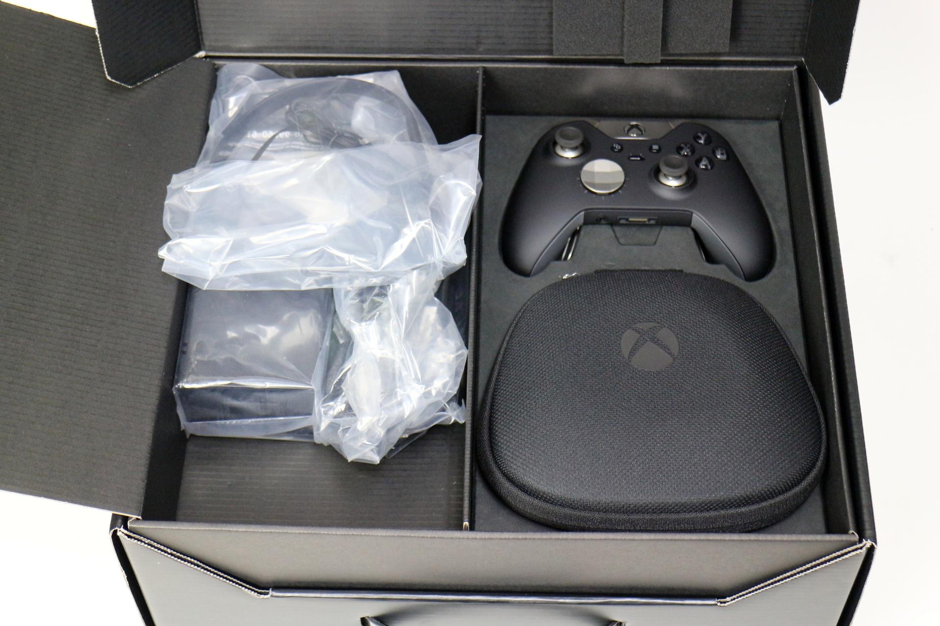箱を開けると、まず鎮座するのはXbox Eliteコントローラーと専用ケース