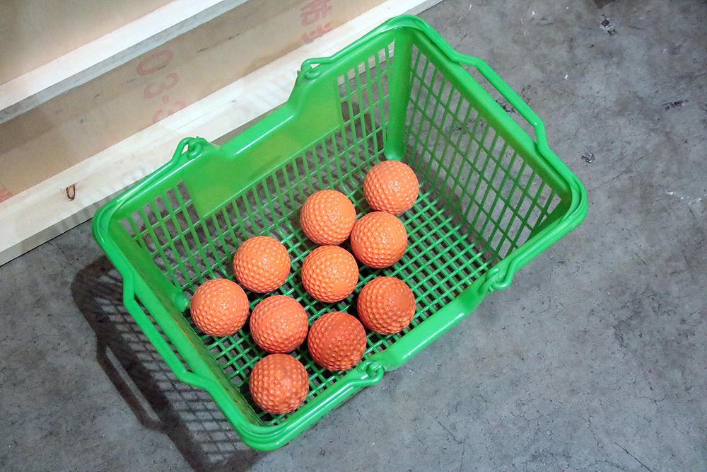 このオレンジのボールが投げられてくる