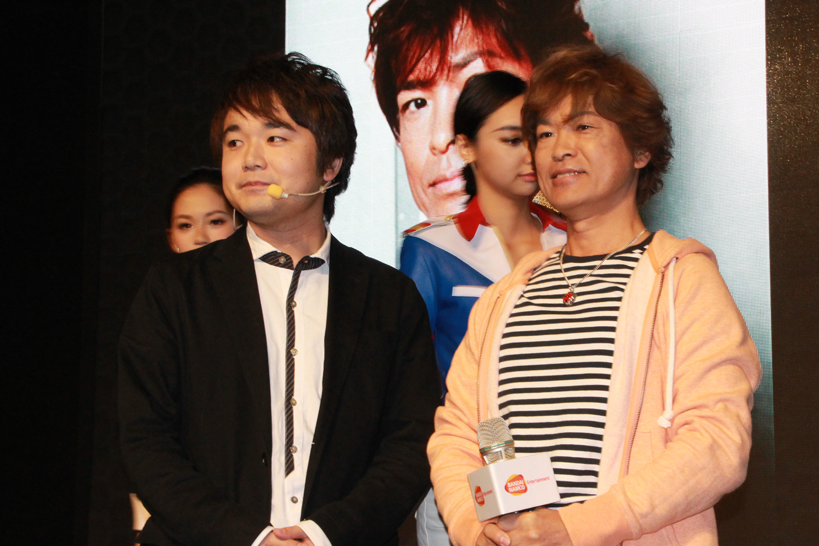 「ガンダムブレイカー3」プロデューサーの薄井宏太郎氏(左)と、アムロ・レイ役の声優、古谷徹さん(右)