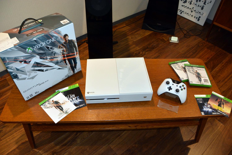 3月31日には、ホワイトカラーの「Xbox One 500GB スペシャル エディション (Quantum Break 同梱版)」が発売される。価格は39,980円(税別)