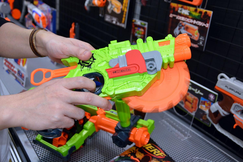 軟質樹脂の弾を撃ち出す北米の銃型玩具「ナーフ」は、「ゾンビストライク」という新シリーズを展開。6×4の24発を収納できる「ゾンビストライク ドゥーミネーター」や、回転ノコギリ付きの「ゾンビストライク クロスカット」など、ロマンあふれる商品が多数登場する