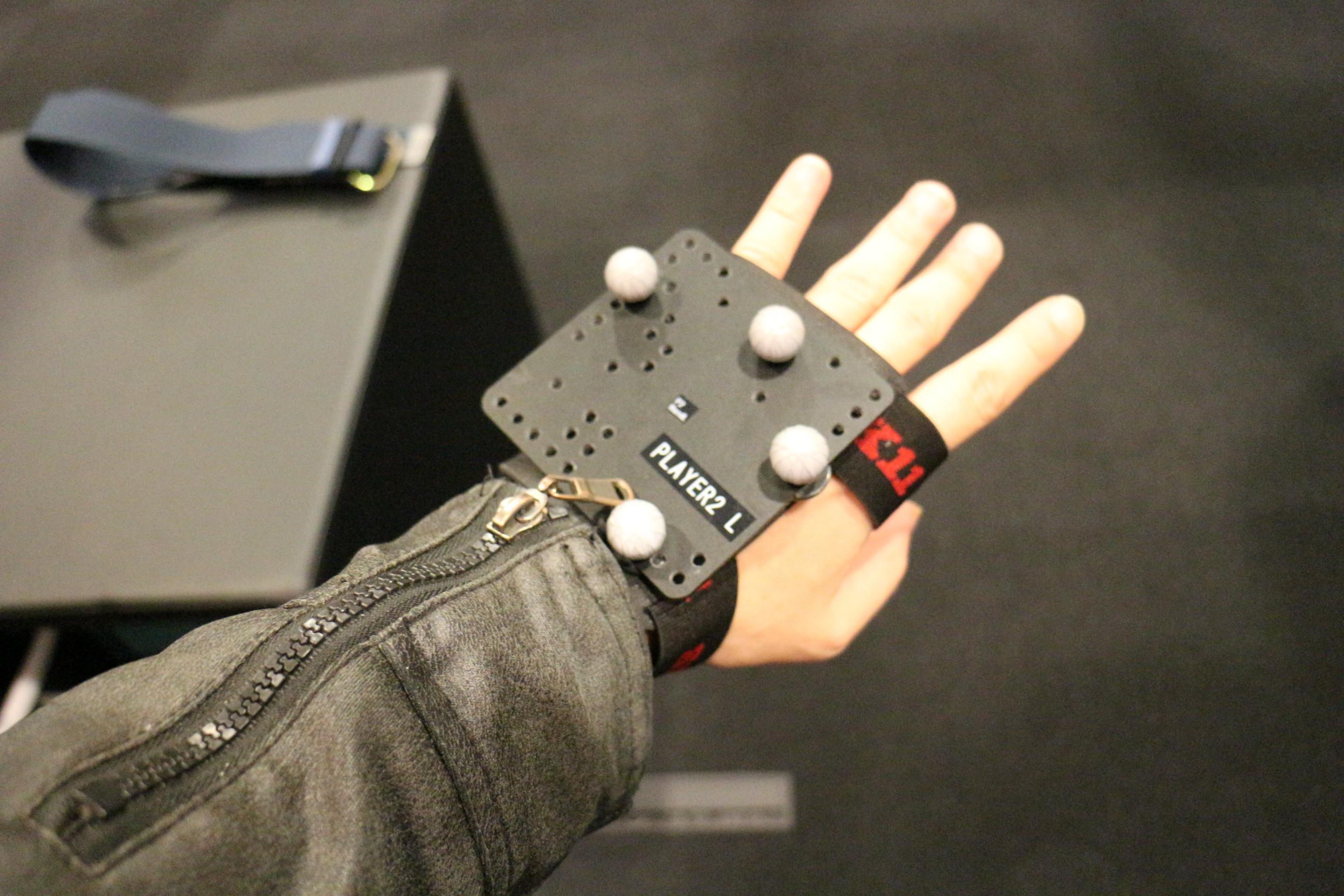 手足には赤外線反射素材を装備した専用のアタッチメントを装着。これによりVR内で手足のトラッキングもでき、自分の手足がVR内に表示される。ただ、Lighthouseトラッキングを用いるHMDに比べて精度はあまりよくなかった印象
