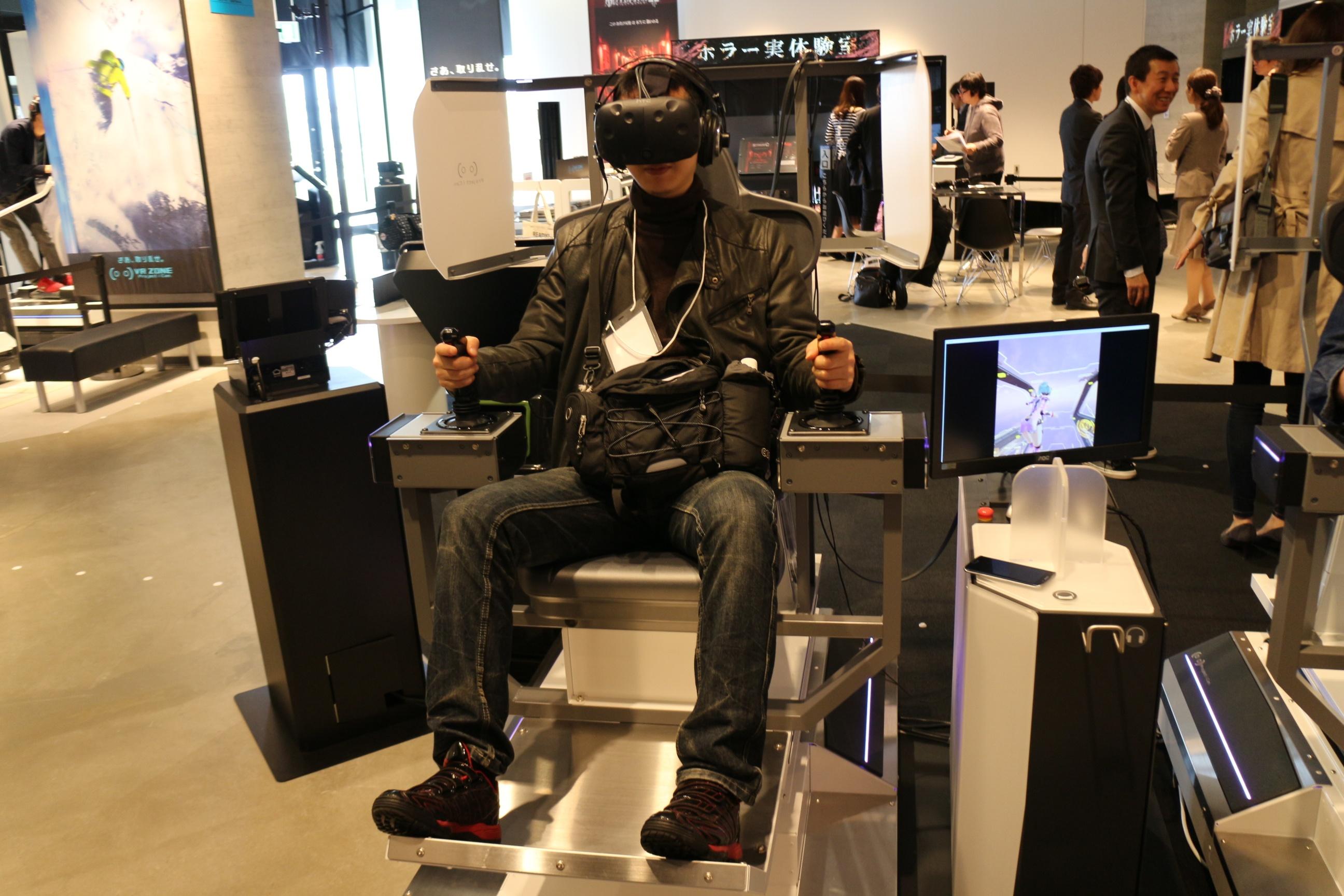 VR内のコックピットと全く同じ姿勢でプレイ。振動・傾斜により擬似的なGも感じられる