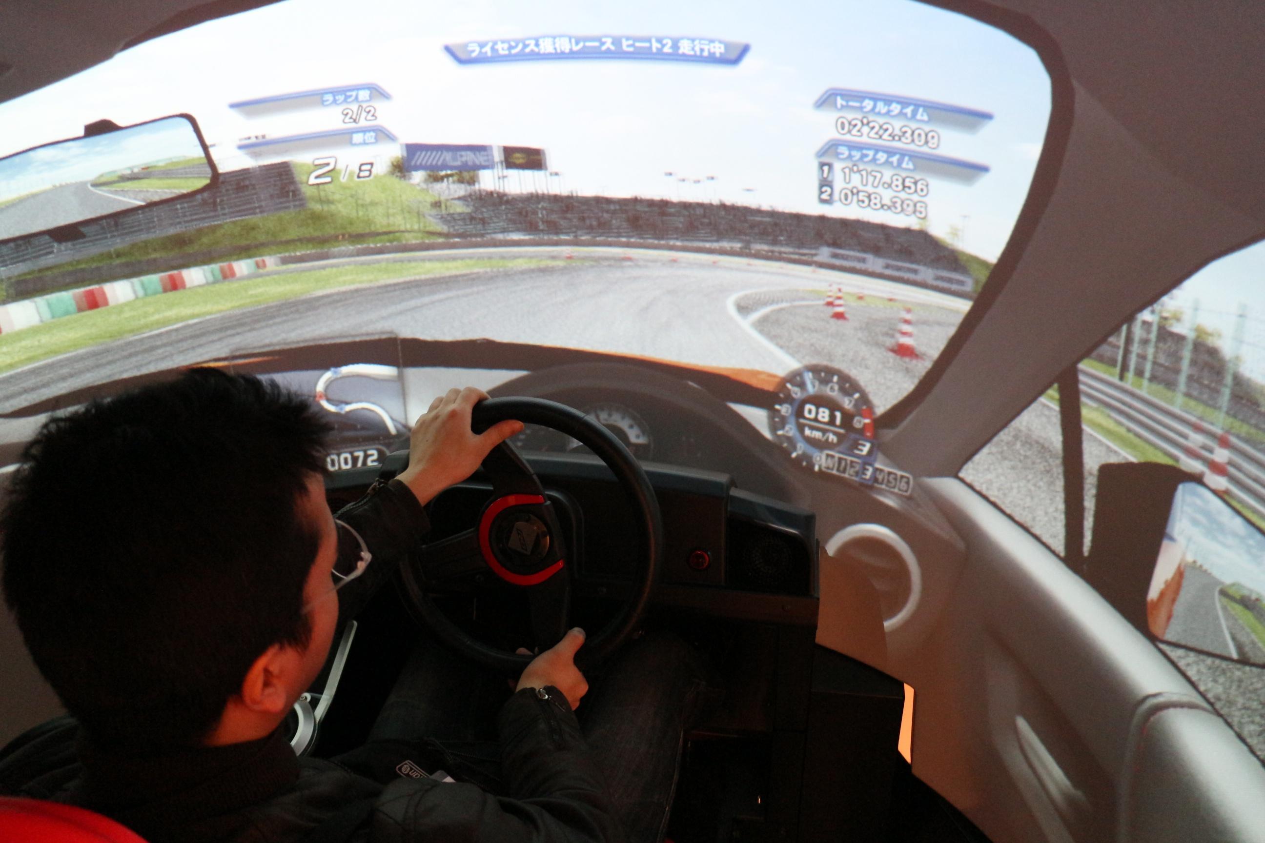 唯一、VRHMDを用いず半球スクリーンで提供されていたカーレースゲーム。実車サイズのコックピット良い臨場感を得られたが、やはりVRでもプレイしてみたかった