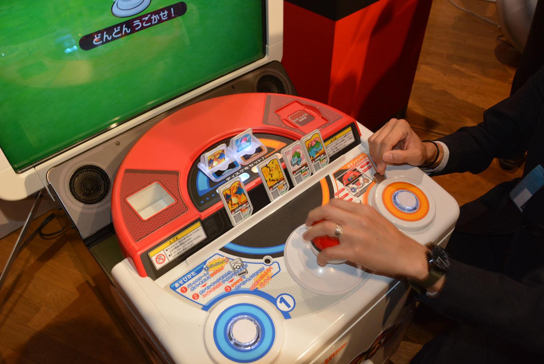 派手な演出が楽しめる画面。モンスターボール型のレバーとボタンで、戦うポケモンを応援できる