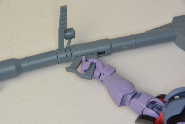手首の部分と、ジャイアントバズのグリップの基部が可動することで、バズーカの構えに微妙な変化がつけられる