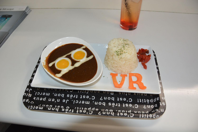 「VR カレーセット」、1,200円(税込)。ヘッドマウントディスプレイをイメージした卵がいい