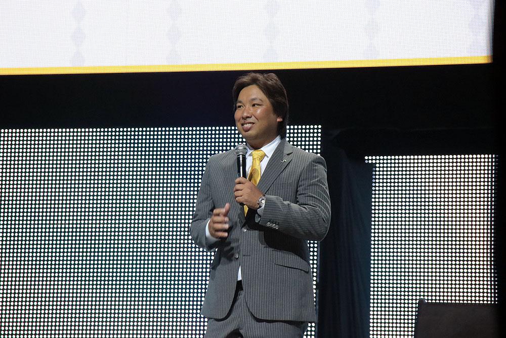 里崎智也元野球代表選手が駆けつけた。里崎氏も「パズドラ」大好きと言うことで「ロッテで『パズドラ』を広めたのは自分!」とアピール