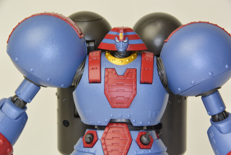 上半身のボリュームと、OVA版ジャイアントロボならではの威圧感のある表情と目つき。ロボの顔は商品はもちろんアニメのカットでも大きく変わってしまうことが多いが、本商品の雰囲気は原作ファンを満足させてくれるだろう