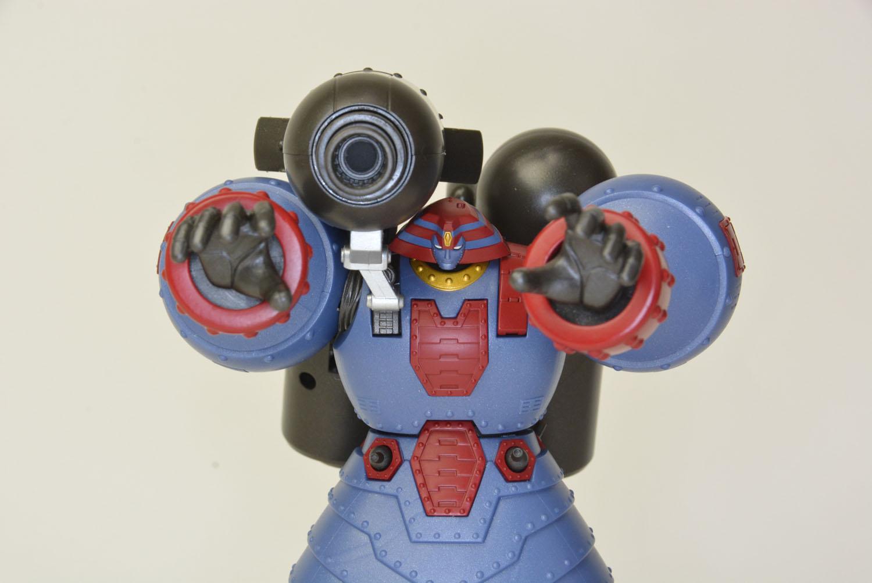 ロケットバズーカは変形させ内部メカを取り付ける。砲身を支える手も付属している。開き手を使って、GR-2との対決シーンを再現するのも楽しい