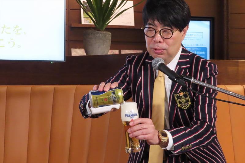 神泡サーバーを使ってビールを注ぐ和田龍夫氏