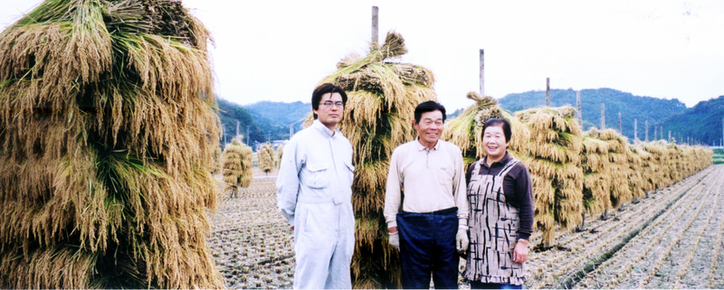 宮城県登米市で有機稲作農業を行なう石井稔氏(中央)
