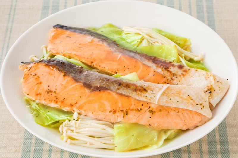 キャベツとえのきだけと鮭の蒸し煮(ライム&バター使用)