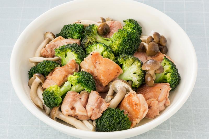 ブロッコリーとぶなしめと鶏もも肉の蒸し煮(アンチョビー&ガーリック使用)