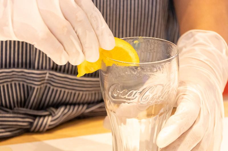 オレンジの果汁でフチを湿らせる。グラスを回すのがポイント
