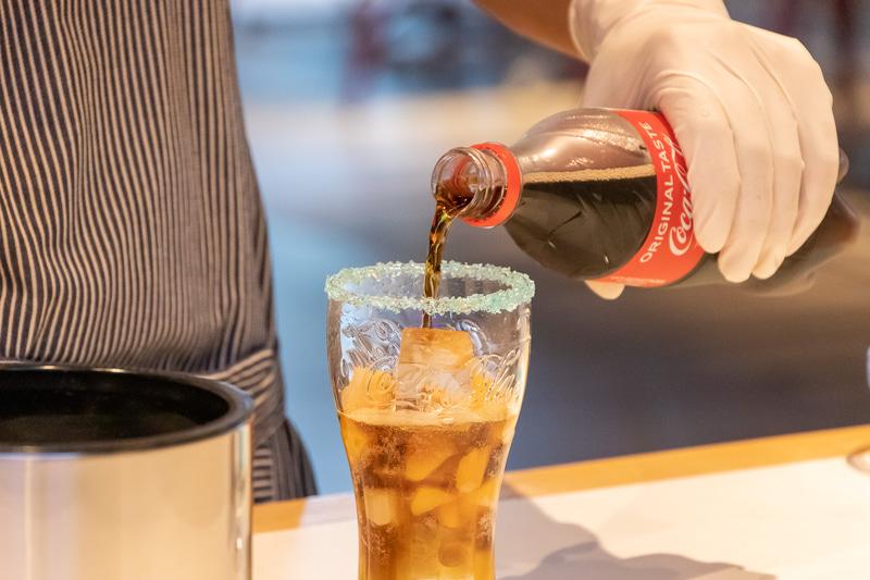 パッションフルーツシロップとのグラデーションを意識して、コカ・コーラは静かに注ぐ