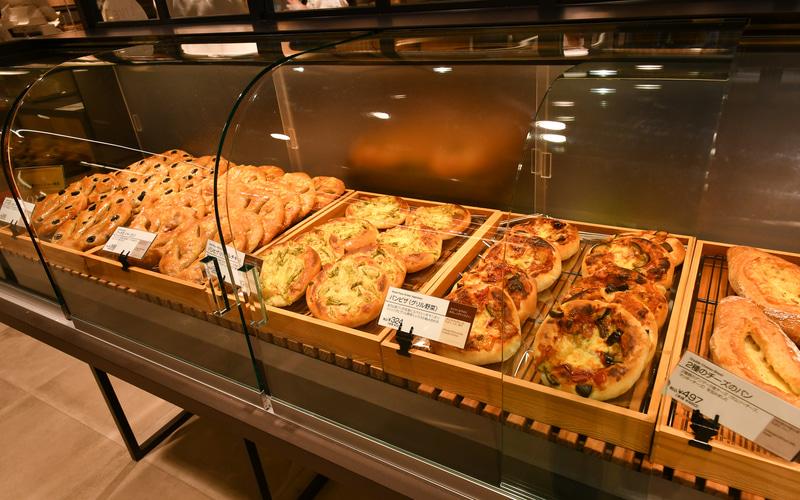 渋谷店限定の焼き立てパン。パンピザやチーズのパンがラインアップされている