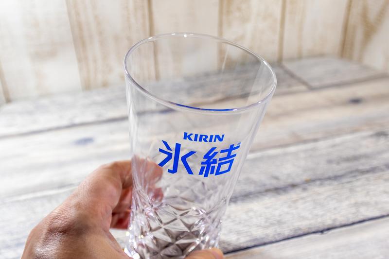 グラスは香りが楽しめるように口が広いものを用意する