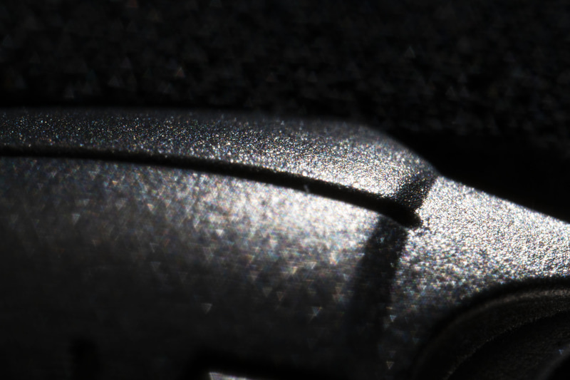 外装のアップ。「ガンダリウム合金」とは一体どのような質感を持った金属なのか、ぜひ触ってみたい、手に持ってみたい商品だ