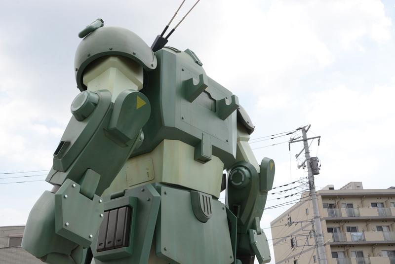 東京都稲城市東長沼のJR長沼駅に設置されている「スコープドッグ」の立像。ファンならば一度は見ておきたいところだ