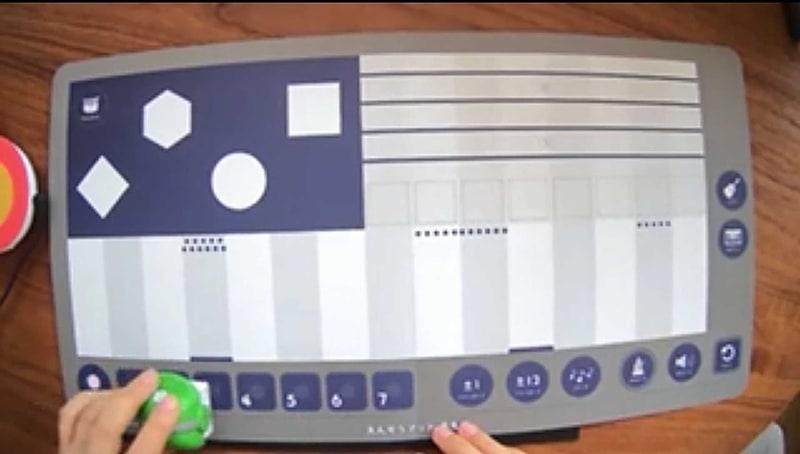 「えんそう」マットの左上はリズム、中央はメロディー、右上はコード楽器が鳴る。右下は効果音が鳴るエリアだ。各エリアでキューブを回転させることで、音色を変更することもできる。メロディーのキーボードには黒鍵がないが、キューブを回転させることで半音が鳴らせるという仕組みだ