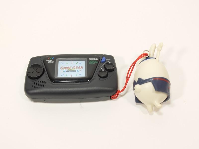 「ゲームギアミクロ」のストラップホールには携帯ストラップが取り付けられるので、単体で持ち運ぶ場合には、こうした携帯ストラップを装着して持ち運ぶこともできる
