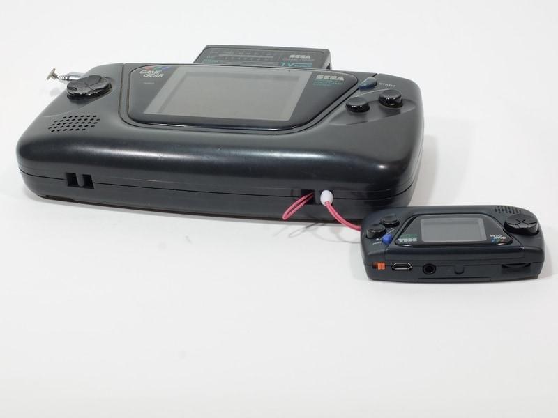 ゲームギアのストラップホールはかなり余裕があるため、逆に全体的に短めの携帯ストラップを通すのは大変だった
