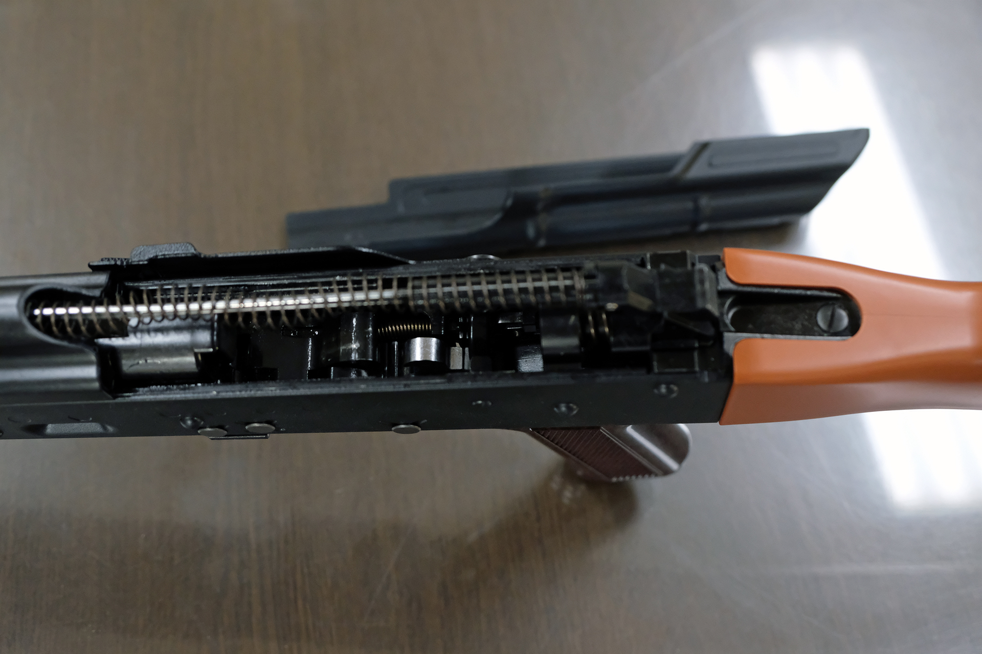 「ガスブローバックマシンガン AKM」の機関部。単純な構造を忠実に再現している。