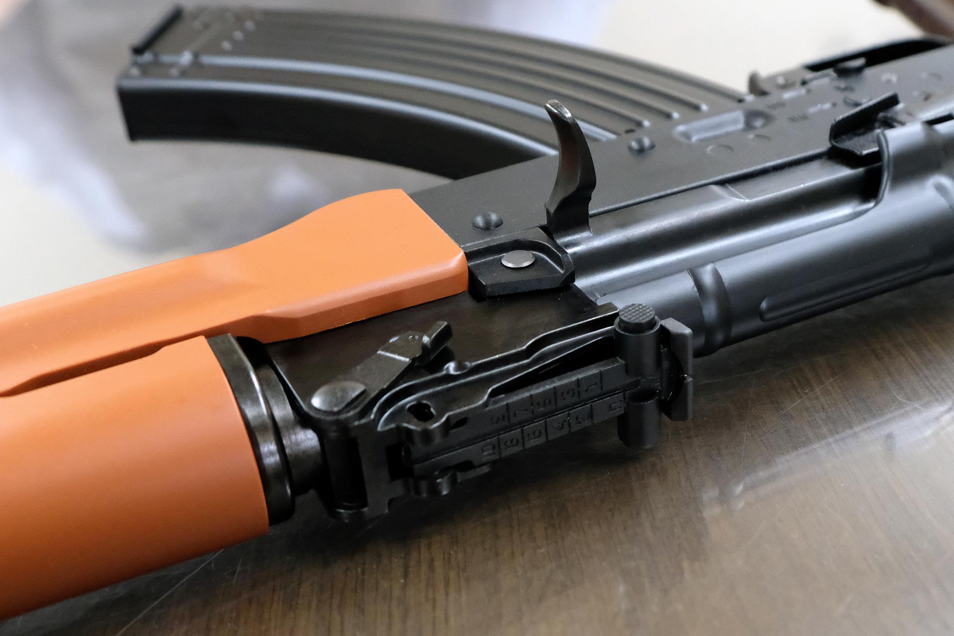 AK-47の800mからAKMは1000mにリアサイトの目盛りが変更された。エアソフトガンそこまでの射程はないが、当然忠実にしている