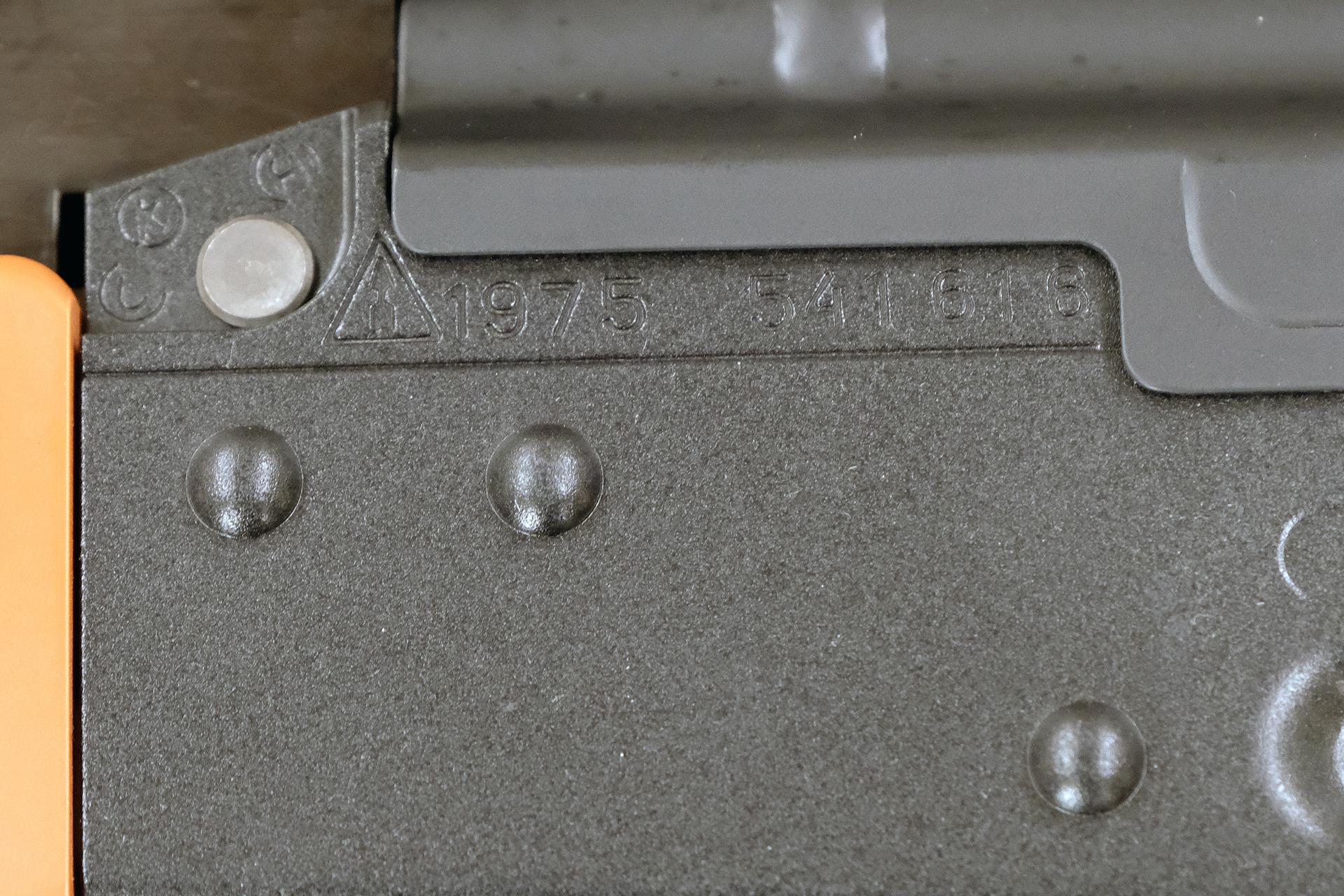 刻印。三角形に矢印は旧ソ連「ツァーラ造兵廠刻印」。4桁の数字は1975年製造である事を表している