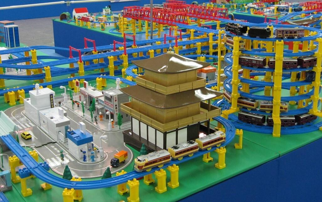 プラレールが西日本を走るジオラマを展示
