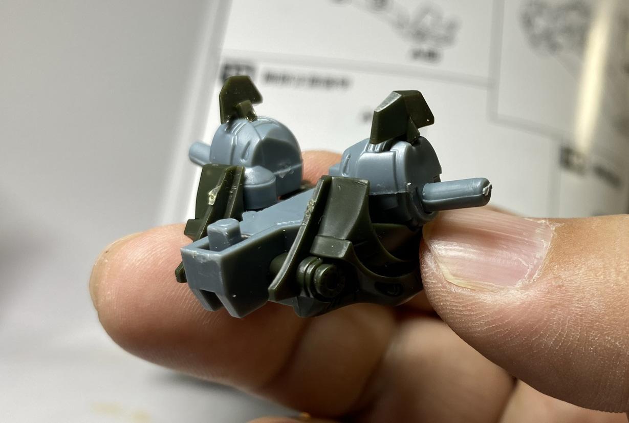細かいパーツが組み合わさって胸部が形作られる。「ここに騎士のコクピットがあるのか」等作中の設定に想いを馳せながら、組んでいく