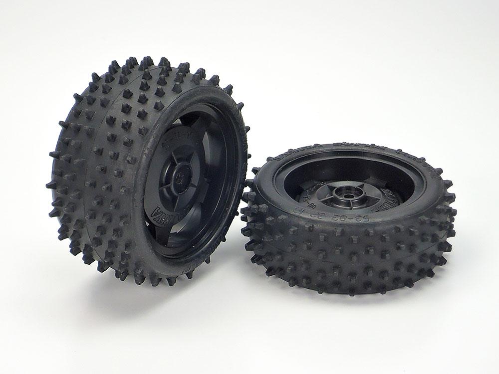 ブラックカラーのスターディッシュホイールには十分なグリップ力を発揮するスパイクタイヤを装着
