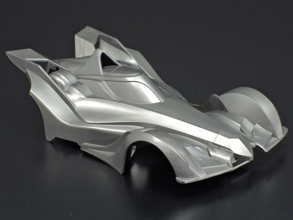 エッジの立ったアグレッシブな造形が魅力のABS樹脂製ダークシルバーボディ