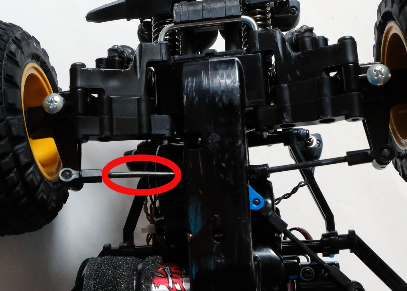 赤い丸で囲った部分が曲がってしまったタイロッド。右のロッドと比べるとゆがんでいるのがわかる