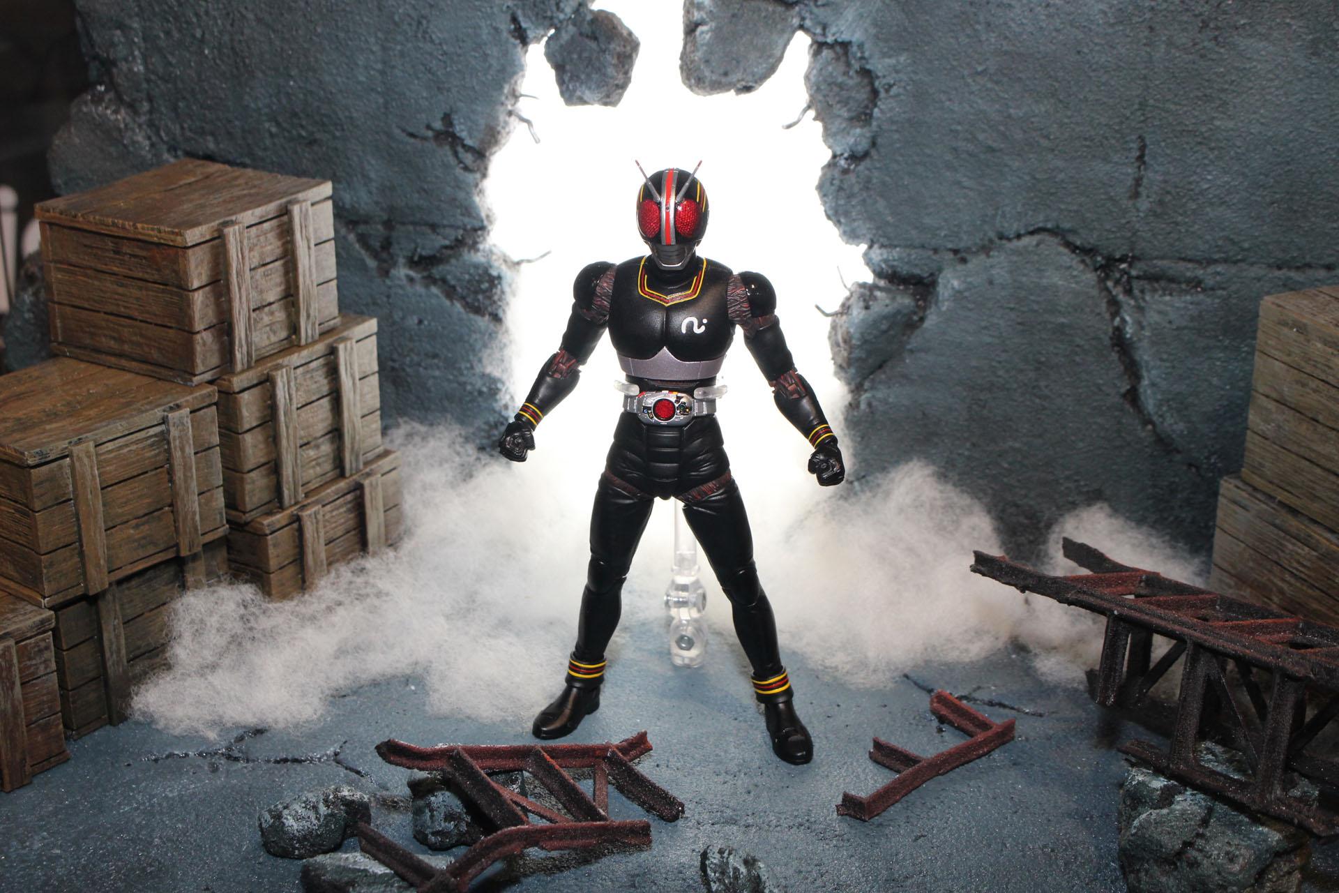 仮面ライダーブラック、壁を破って登場!