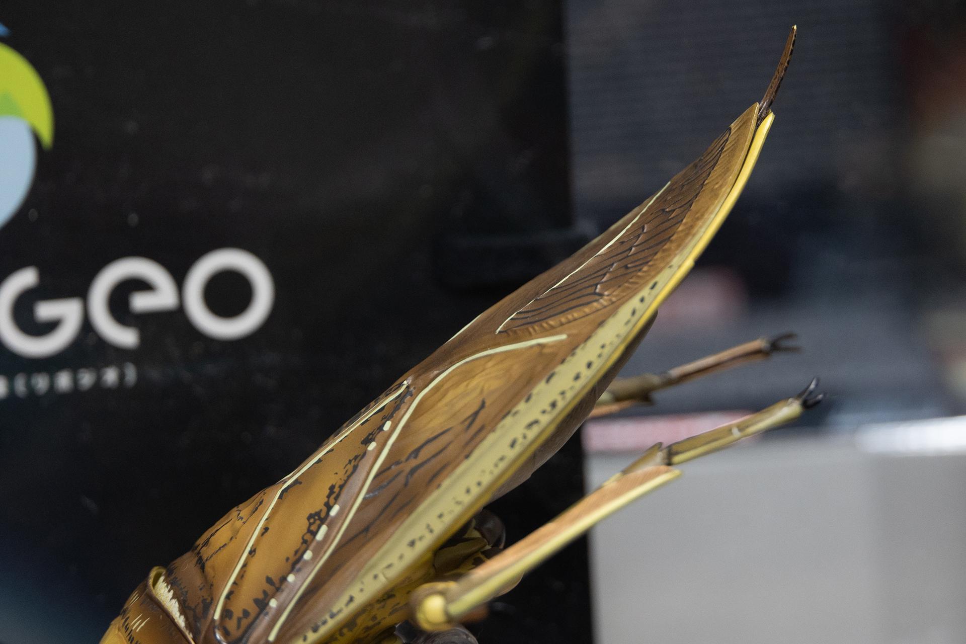 獲物を捕らえるときに、お尻を突き上げるような独特なポーズもしっかり再現されている