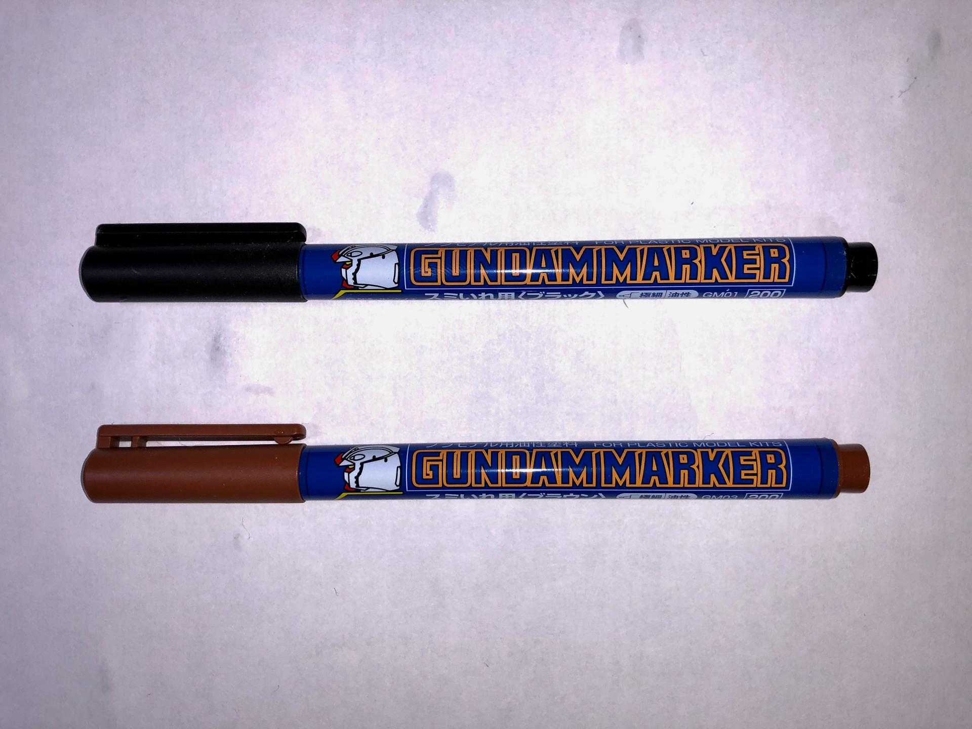 定番スミ入れツールの「ガンダムマーカー スミ入れ/極細」。筆者も子供の頃から使用しています。