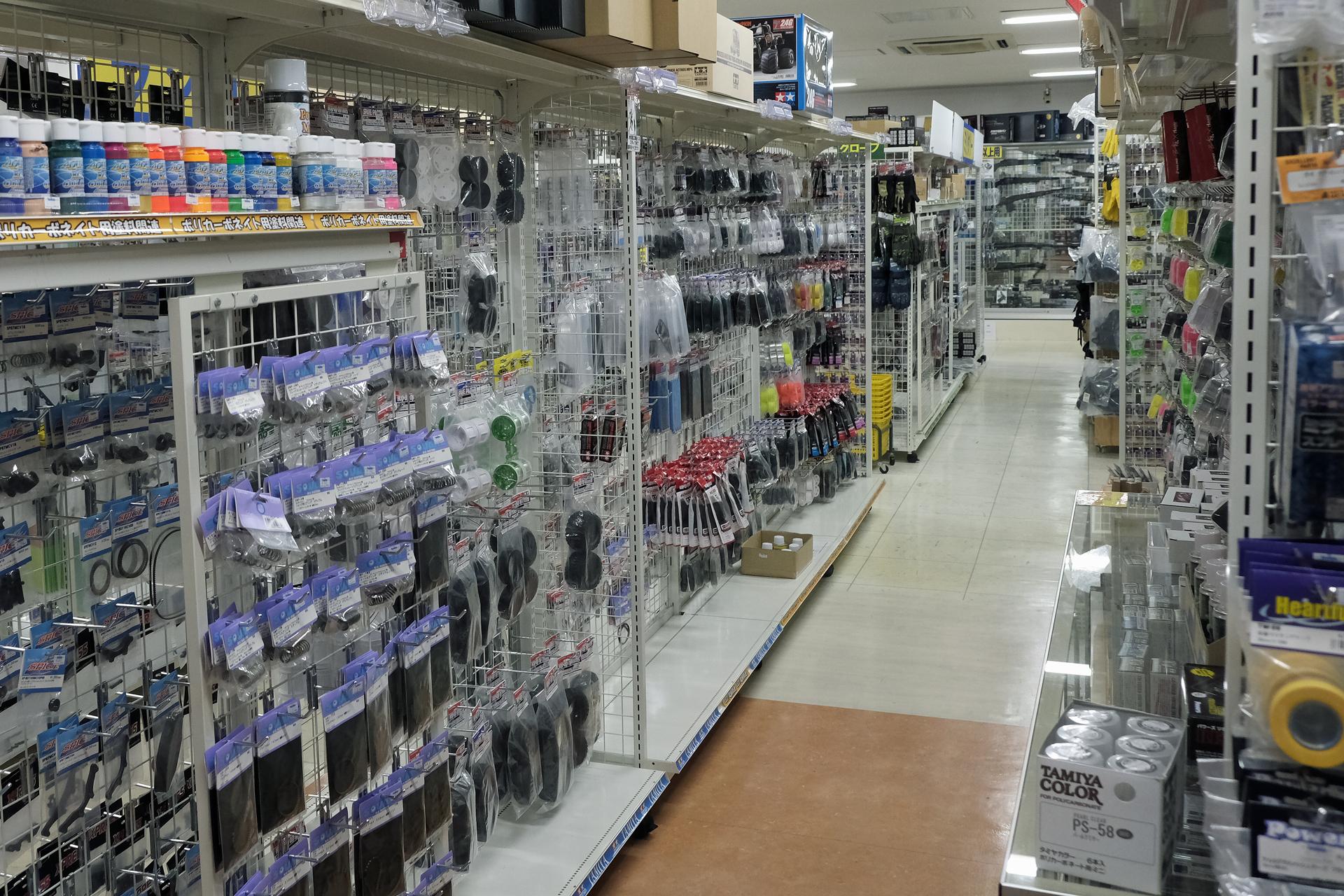 広い店内に豊富な在庫が揃っている