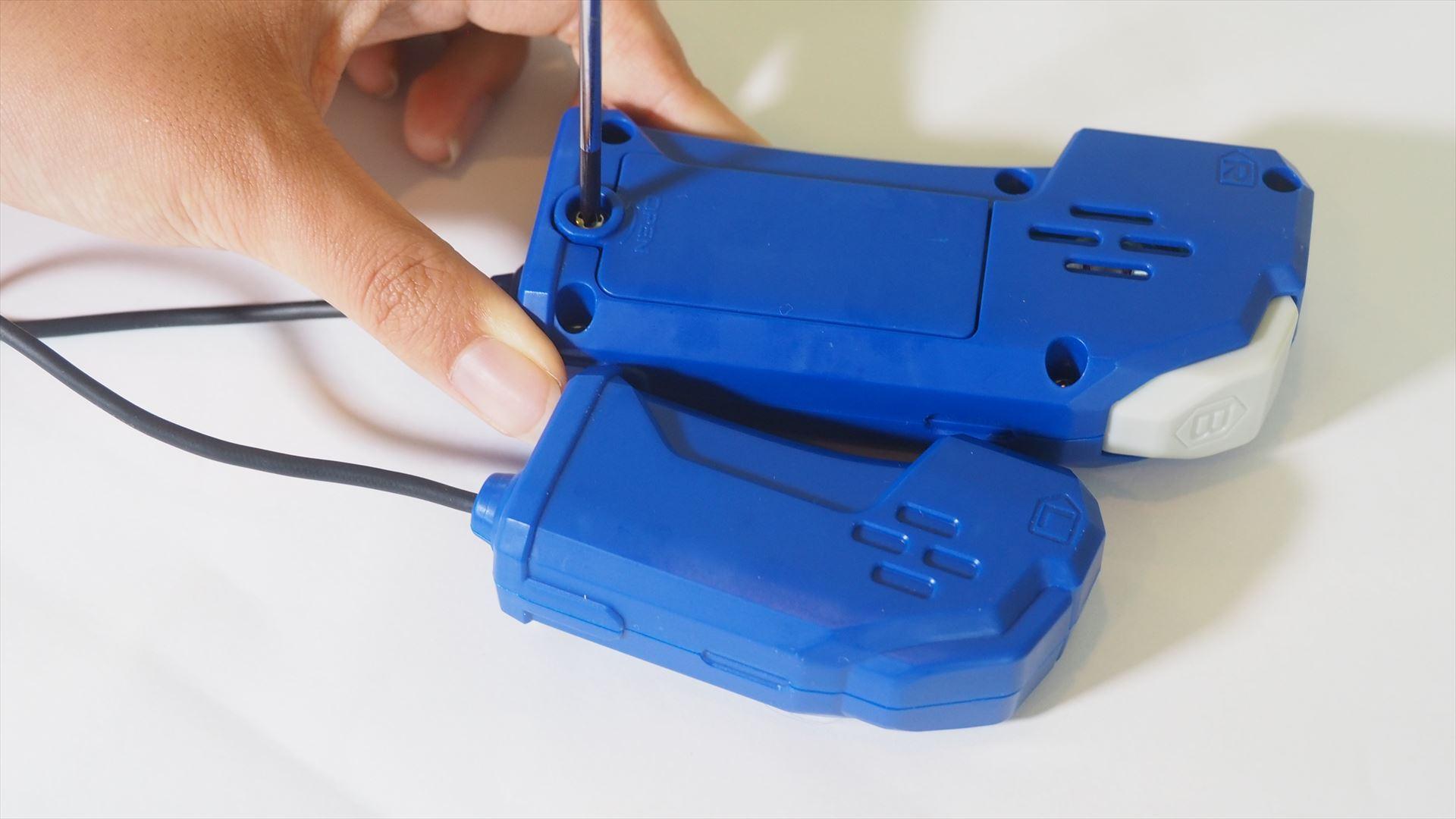 ドライバーを使って右手側のコントローラーの電池ブタのネジを外す