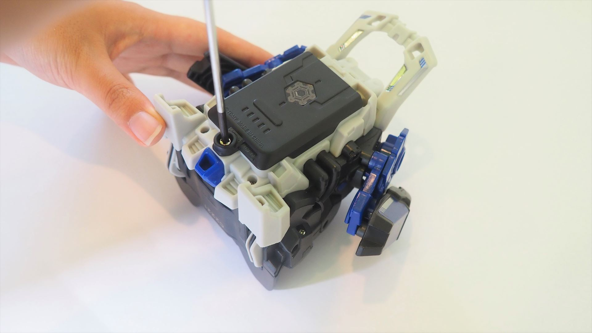 ドライバーを使って本体背面の電池ブタのネジを外す