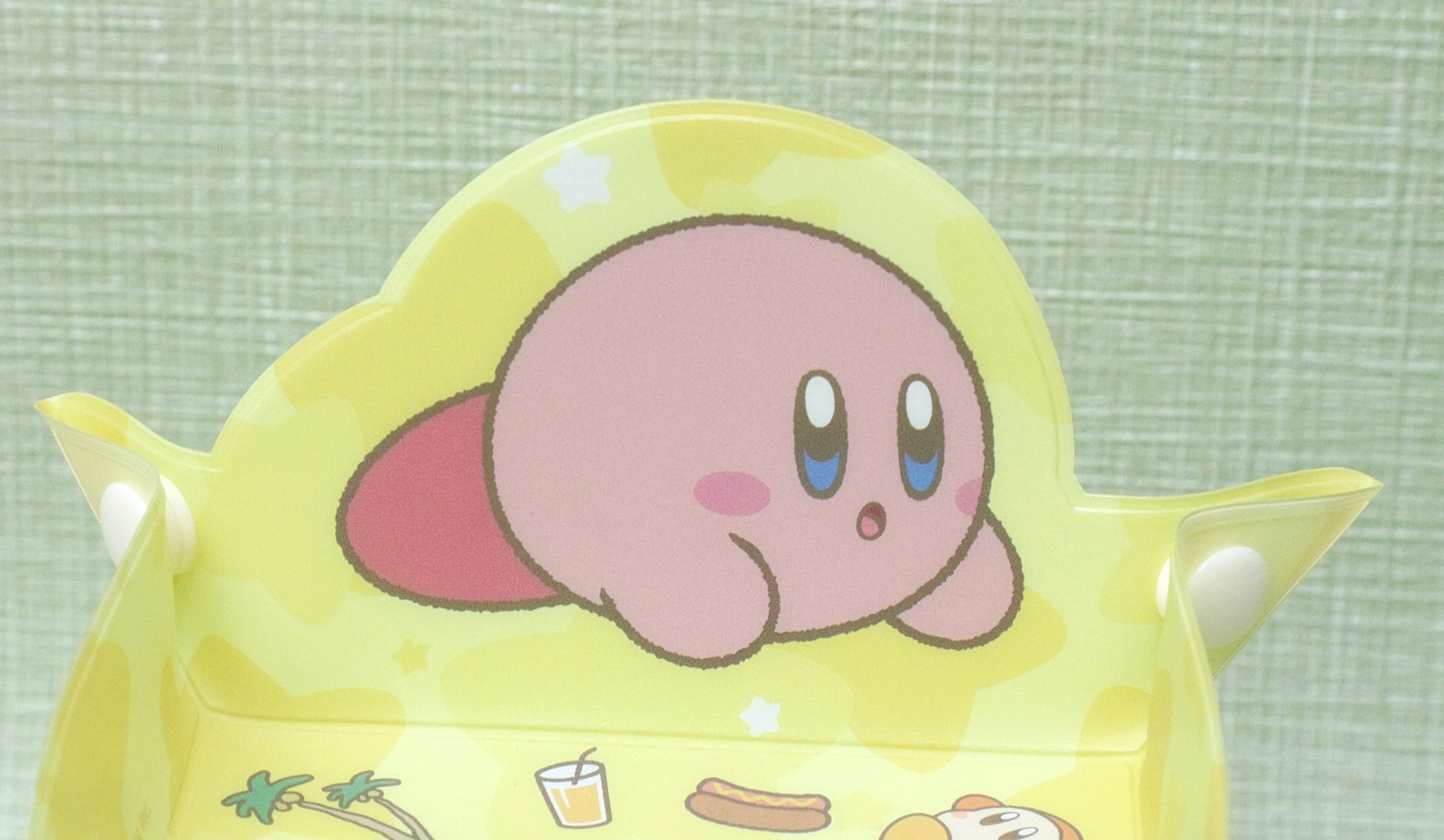 寝そべるカービィの表情が可愛い