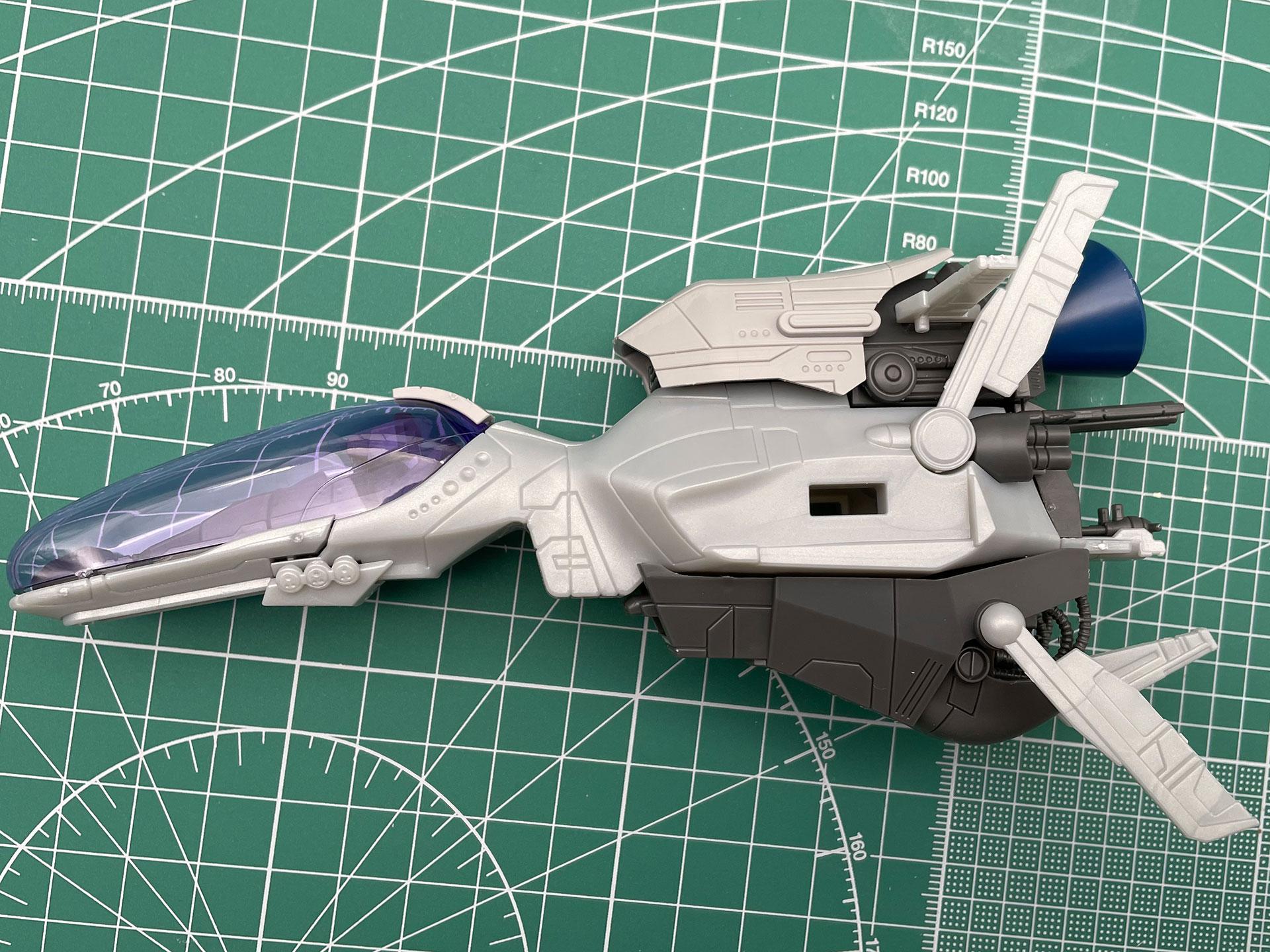 左右のブースター部分を付ける前に、羽のようなパーツを胴体に付けていきます。