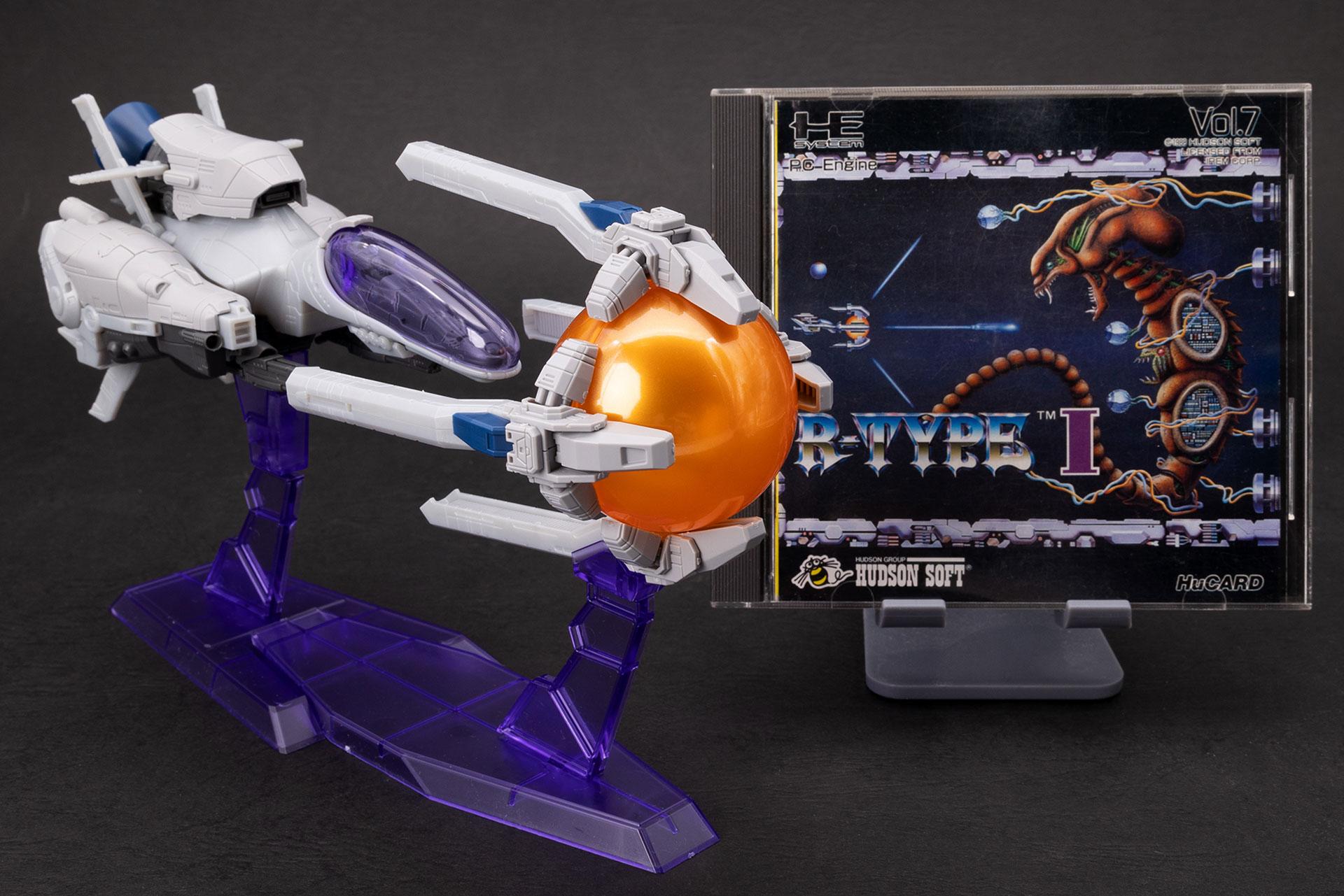 せっかくなので、お気に入りのPCエンジン版「R-TYPE I」との記念写真もパシャリ。こうして見ると、ゲーム棚のディスプレイにも良さそうですね!