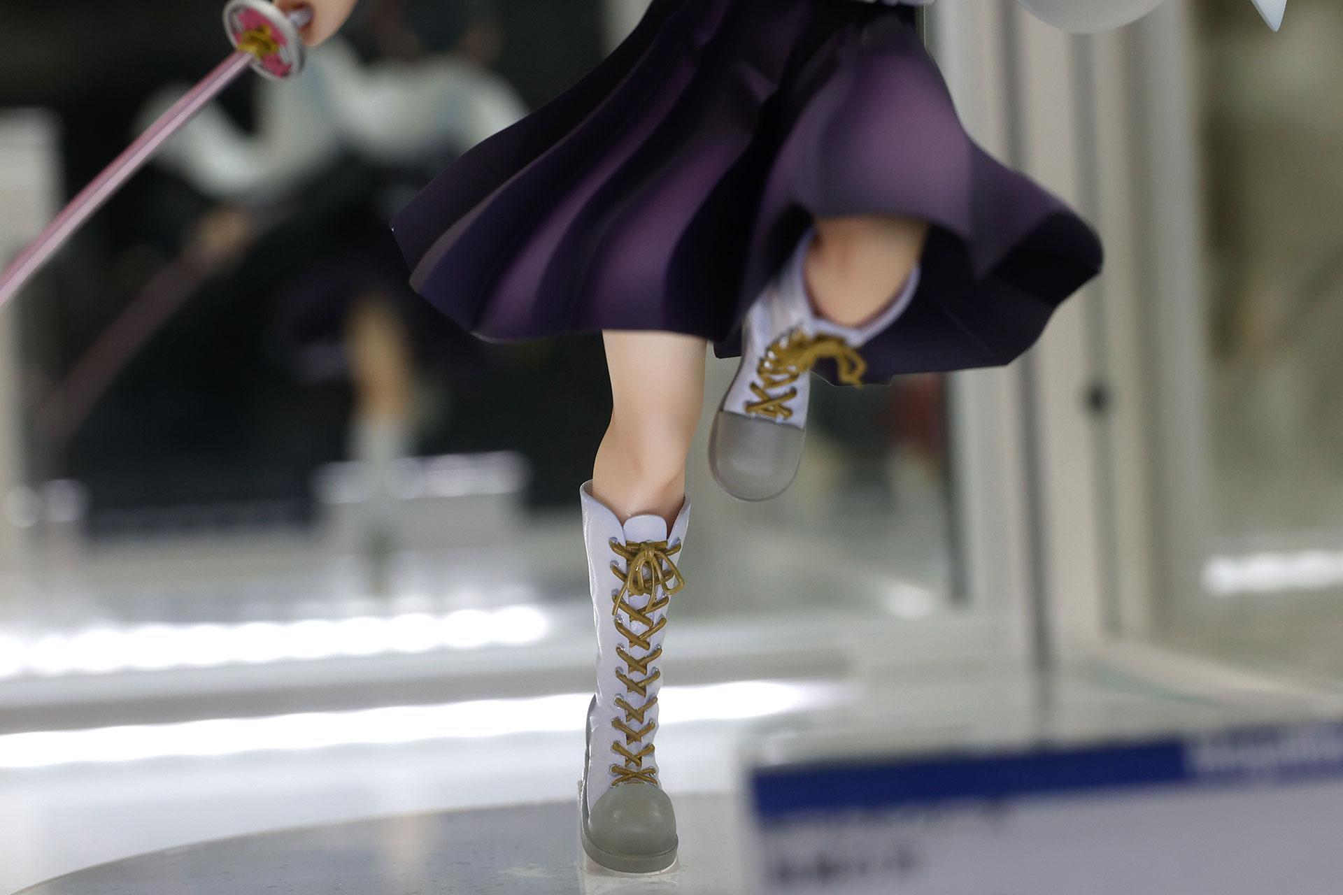 白いロングブーツに靴紐など、小物も含めて繊細な出来栄え
