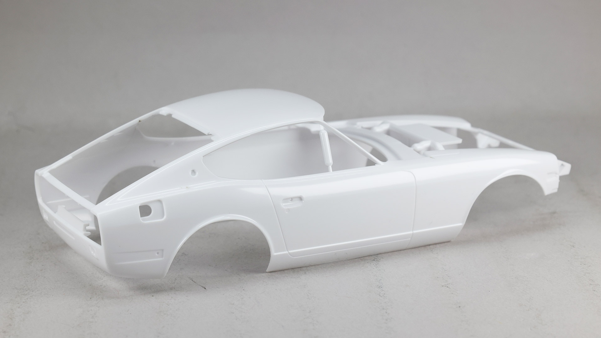 ロングノーズ&ショートデッキを端的に表す流麗なアウターボディ。Aピラー(車両前側の窓枠の柱)がとても細いので注意が必要そうです