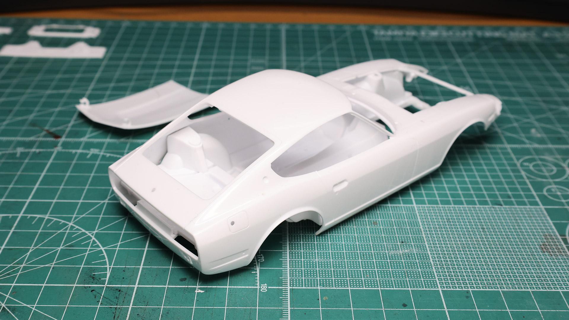 本当の自動車の製造工場ではこんな状態で下地剤のプールへ投入し、塗装工程へ進むのを見ますね