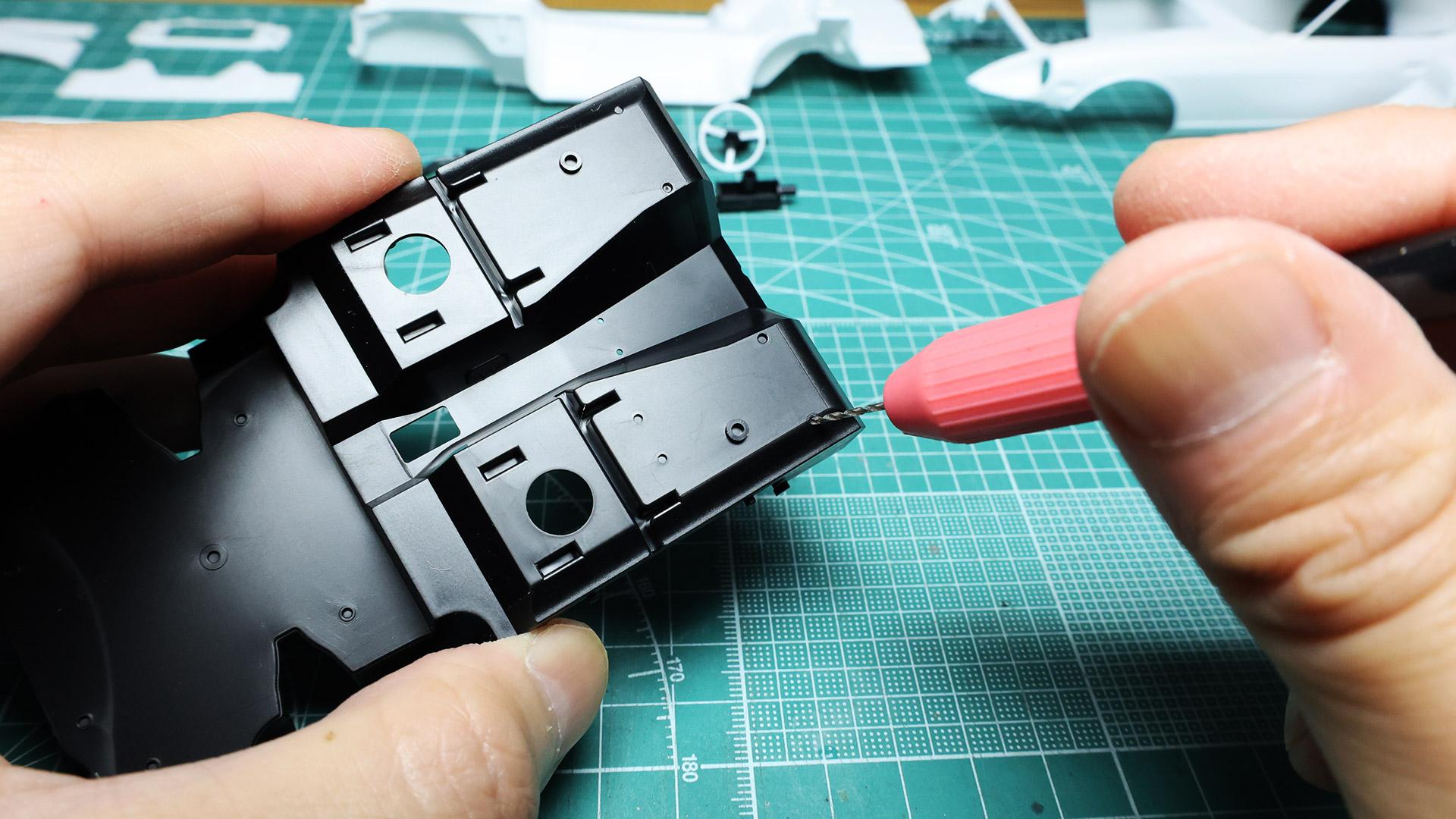 裏側から穴あけしますので左右を間違えないようにしましょう。裏から流し込みタイプの接着剤で固定します