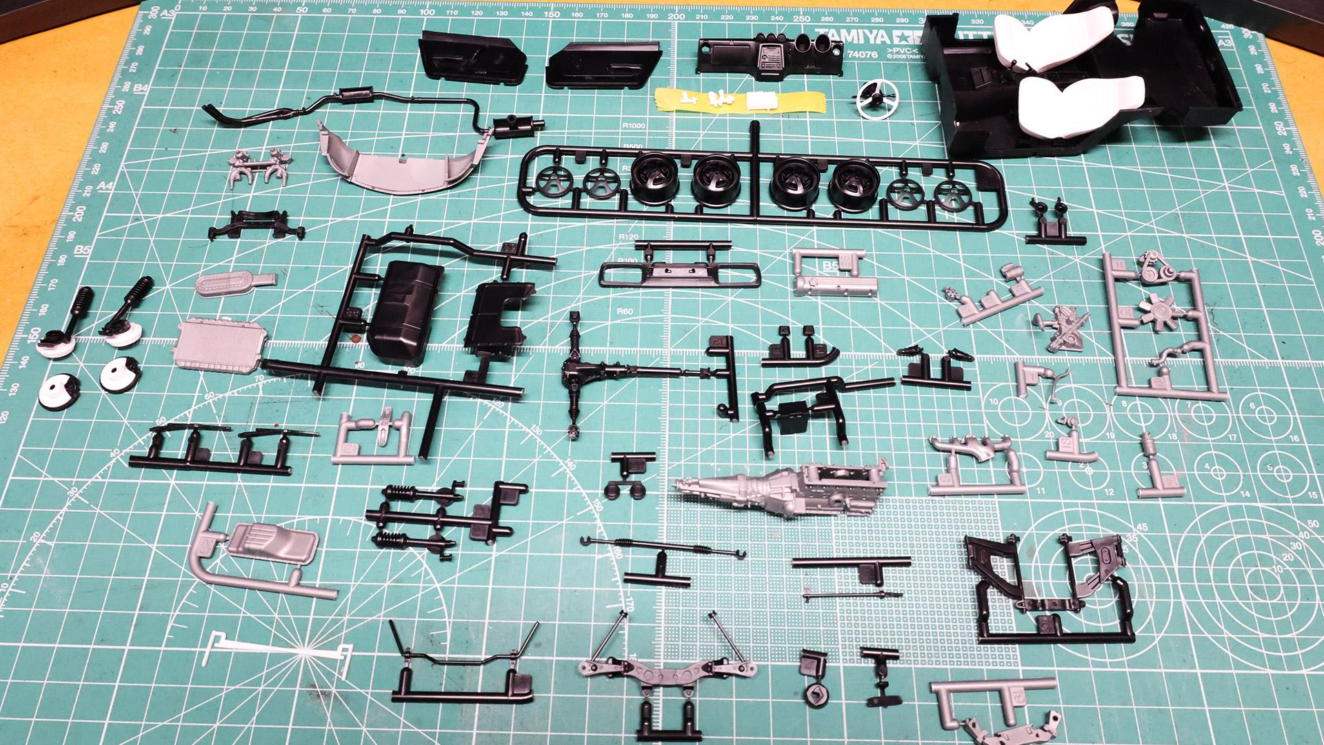 塗装前提のキットを組んでいくと毎回机の上がカオスになります……