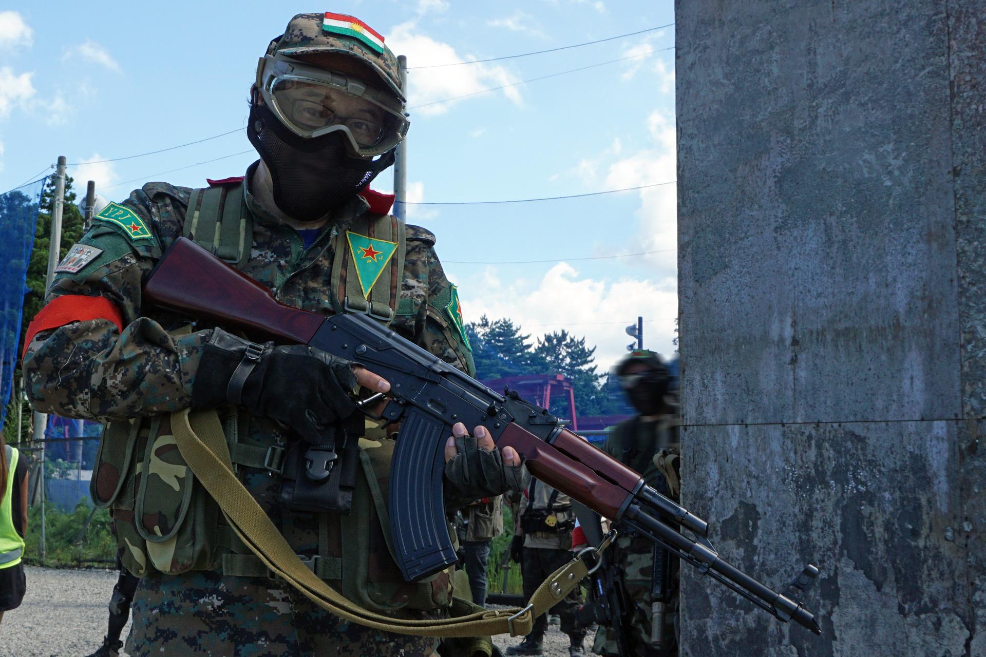 「AKM」が多用される「クルド部隊」の装備を着用した